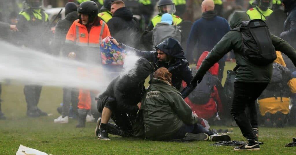 waterkanon tegen demonstranten Nederland - geweld door de politie zelf