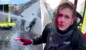 vrouw vol in het gezicht gespoten van dichtbij door waterkanon ME of politie