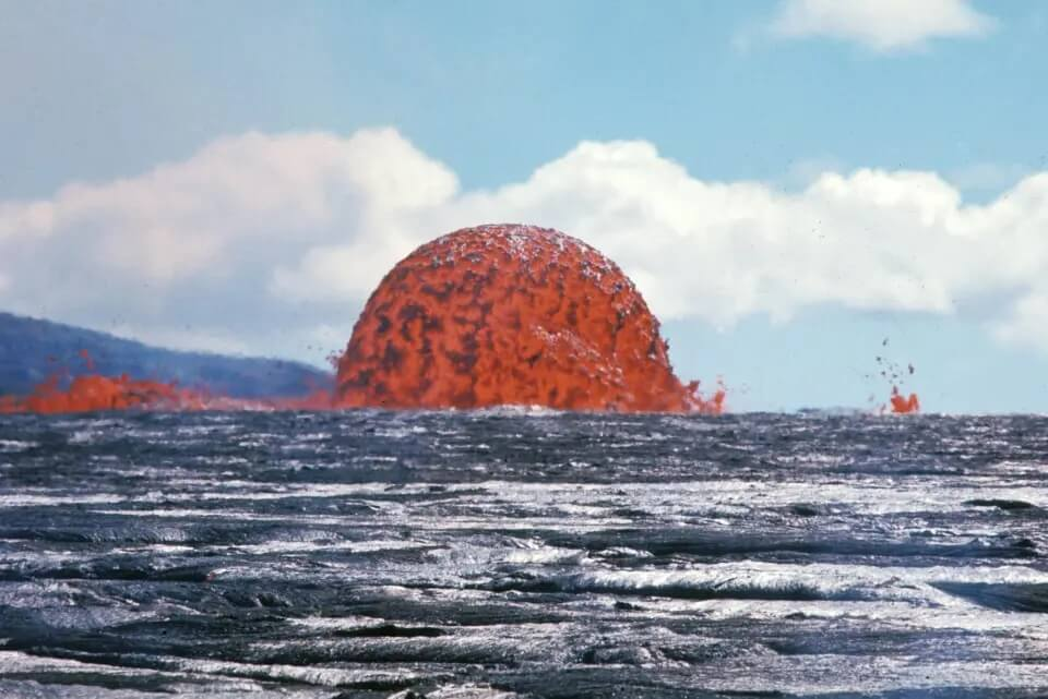 How many underwater volcanos are there in the world - submarine volcano erupts